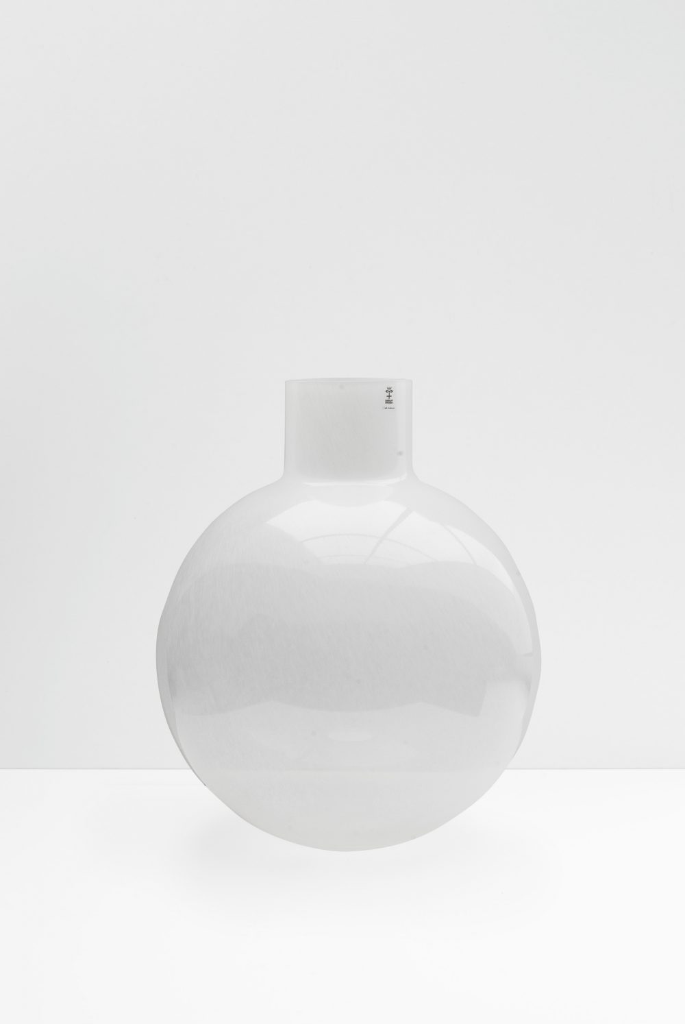 Pallo vase in shiny white